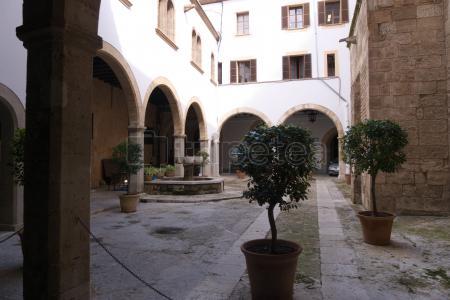 Castillo Bellver,Palacio Real de la Almudaina, Catedral de Santa María de Palma de Mallorca, Iglesia Santa Eulalia, @Les Corts, Plaza de Weyler, Plaza del Mercado, Parc de la Mar.