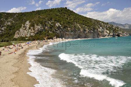 Playa de@Colostraiy pueblo de San Vito por la mañana y Golfo de Orosei por la tarde